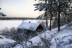 Τα χαρακτηριστικά ρωσικά εγκατέλειψαν το χιονισμένο χωριό στη χειμερινή ημέρα Στοκ φωτογραφία με δικαίωμα ελεύθερης χρήσης