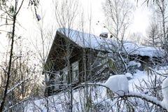 Τα χαρακτηριστικά ρωσικά εγκατέλειψαν το χιονισμένο χωριό στη χειμερινή ημέρα Στοκ Φωτογραφία