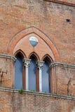 Τα χαρακτηριστικά τριμερή γοτθικά παράθυρα Sienese του τετραγώνου SAN Giovanni Στοκ Εικόνες