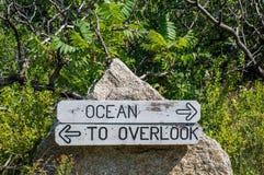 Τα χαρασμένα σημάδια που συνδέονται με έναν λίθο που δείχνει τον ωκεανό και αγνοούν Στοκ εικόνα με δικαίωμα ελεύθερης χρήσης