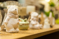 Τα χαριτωμένα άσπρα Χριστούγεννα teddy αντέχουν φιαγμένος από πορσελάνη είναι στο ράφι στο υπόβαθρο άλλα παιχνίδια Χριστουγέννων Στοκ Εικόνες