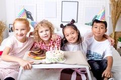 Τα χαριτωμένα μικρά λατρευτά παιδιά εξετάζουν τη κάμερα κατά τη διάρκεια των γενεθλίων στοκ φωτογραφία με δικαίωμα ελεύθερης χρήσης