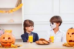 Τα χαριτωμένα παιδιά απολαμβάνουν τα γλυκά τρόφιμα στην καρύδι-ρωγμή Στοκ Εικόνες