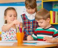 Τα χαριτωμένα παιδιά μελετούν στη φύλαξη Στοκ Εικόνα