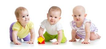 Τα χαριτωμένα χαμογελώντας μωρά το σύρσιμο ενδυμάτων που απομονώθηκε στο λευκό στοκ εικόνα με δικαίωμα ελεύθερης χρήσης