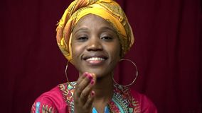 Τα χαριτωμένα χαμόγελα μαύρων γυναικών στέλνουν ένα φιλί αέρα και παρουσιάζουν αγάπη Ι, δάγκωσαν σε αργή κίνηση απόθεμα βίντεο