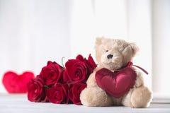 Τα χαριτωμένα valentine's teddy αντέχουν με τα κόκκινα τριαντάφυλλα, έννοια αγάπης Στοκ φωτογραφίες με δικαίωμα ελεύθερης χρήσης