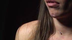 Τα χείλια μιας γυναίκας που αισθάνεται την υπεροψία και την παραμέληση άλλα, κλείνουν επάνω φιλμ μικρού μήκους