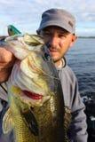 Largemouth πέρκες εκμετάλλευσης αλιείας ατόμων στοκ φωτογραφίες με δικαίωμα ελεύθερης χρήσης