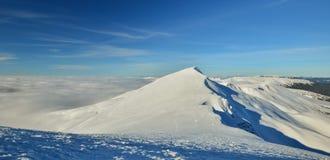 Τα χειμερινά ταξίδια είναι στα βουνά Στοκ εικόνα με δικαίωμα ελεύθερης χρήσης