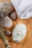 Τα χειροποίητα διακοσμητικά σαπούνια με lavender συσσωρεύουν και πέτρες στον ξύλινο πίνακα, το προϊόν των καλλυντικών ή την προσο Στοκ φωτογραφία με δικαίωμα ελεύθερης χρήσης
