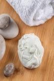 Τα χειροποίητα διακοσμητικά σαπούνια με lavender συσσωρεύουν και πέτρες στον ξύλινο πίνακα, το προϊόν των καλλυντικών ή την προσο Στοκ Εικόνα