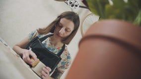 Τα χειροποίητα δοχεία αργίλου, μοντέρνος αγγειοπλάστης γυναικών κάνουν μια κούπα του αργίλου απόθεμα βίντεο