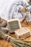 Τα χειροποίητα σαπούνια με lavender συσσωρεύουν και πέτρες στον ξύλινο πίνακα, το προϊόν των καλλυντικών ή την προσοχή σωμάτων Στοκ Εικόνες
