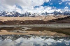 Τα χιονώδη βουνά σε Ladakh απεικονίζουν σε Pangong Στοκ Εικόνες