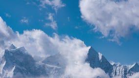 Τα χιονώδη βουνά Himalayan κάνουν τα σύννεφα στο μπλε ουρανό απόθεμα βίντεο