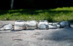 Τα χοντρά κομμάτια του λειωμένου μετάλλου πάγου και αστράφτουν στον ήλιο στοκ εικόνα