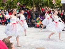 Τα χορεύοντας κορίτσια έντυσαν στο λευκό Στοκ Εικόνες