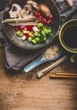 Τα χορτοφάγα ασιατικά συστατικά κουζίνας για ανακατώνουν τα τηγανητά στο δοχείο wok με τα τεμαχισμένα λαχανικά, τη σάλτσα σόγιας, Στοκ εικόνες με δικαίωμα ελεύθερης χρήσης