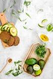 Τα χορτοφάγα σάντουιτς προγευμάτων με το αβοκάντο και τη σίκαλη πασπαλίζουν στο γκρίζο υπόβαθρο τη τοπ άποψη με ψίχουλα στοκ φωτογραφίες