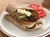 Τα χορτοφάγα Tortilla περικαλύμματα έκαναν το τυρί ή φέτα αιγών, τις ντομάτες, τη μοτσαρέλα και τα φρέσκα χορτάρια που εξυπηρετήθ στοκ εικόνες
