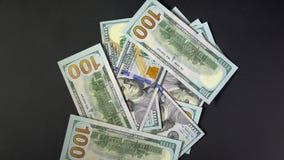 Τα χρήματα ανοίγουν ένα μαύρο υπόβαθρο Τα δολάρια περιστρέφουν Πολλή κρύπτη 4k απόθεμα βίντεο