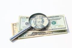 τα χρήματα ενισχύουν κάτω το γυαλί που απομονώνεται Στοκ Φωτογραφία