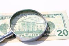 τα χρήματα ενισχύουν κάτω το γυαλί Στοκ Εικόνες