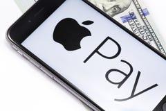 Τα χρήματα και το iPhone της Apple 6s με τη Apple πληρώνουν το λογότυπο υπηρεσιών Ekaterinb Στοκ Εικόνες