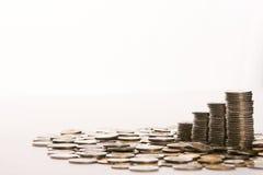 Τα χρήματα νομισμάτων συλλέγουν τον εχθρό εκτός από στο υπόβαθρο απομονώσεων Στοκ φωτογραφίες με δικαίωμα ελεύθερης χρήσης