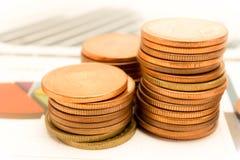 Τα χρήματα νομισμάτων σωρών αποταμίευσης σχεδιάζουν και έγγραφο γραφικών παραστάσεων Οικονομικός, λογαριασμός, στατιστικές, αναλυ Στοκ φωτογραφίες με δικαίωμα ελεύθερης χρήσης