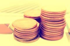 Τα χρήματα νομισμάτων σωρών αποταμίευσης σχεδιάζουν και έγγραφο γραφικών παραστάσεων Οικονομικός, λογαριασμός, στατιστικές, αναλυ Στοκ φωτογραφία με δικαίωμα ελεύθερης χρήσης