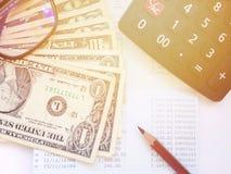 Τα χρήματα, ο υπολογιστής και το μολύβι και eyeglasses στην αποταμίευση λογαριάζουν το βιβλιάριο ή τη οικονομική κατάσταση Στοκ εικόνες με δικαίωμα ελεύθερης χρήσης
