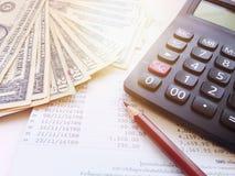 Τα χρήματα, ο υπολογιστής και το μολύβι και eyeglasses στην αποταμίευση λογαριάζουν το βιβλιάριο ή τη οικονομική κατάσταση Στοκ Εικόνα
