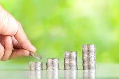 Τα χρήματα που συλλέγουν τα ασημένια νομίσματα που προσθέτουν τα χέρια ατόμων ` s χρημάτων αυξάνουν την ανάπτυξη χρημάτων του υπο Στοκ εικόνα με δικαίωμα ελεύθερης χρήσης