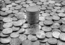 Τα χρήματα συσσώρευσαν τα νομίσματα ευρώ και σεντ Στοκ Εικόνες