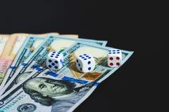 Τα χρήματα, χωρίζουν σε τετράγωνα και κάρτες σε ένα μαύρο υπόβαθρο E στοκ φωτογραφίες με δικαίωμα ελεύθερης χρήσης