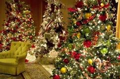 Τα χριστουγεννιάτικα δέντρα ανάβουν το λόμπι ξενοδοχείων πολυτελείας Στοκ φωτογραφίες με δικαίωμα ελεύθερης χρήσης