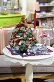 Τα χριστουγεννιάτικα δέντρα είναι στον πίνακα δίπλα σε ένα κερί Στοκ εικόνες με δικαίωμα ελεύθερης χρήσης