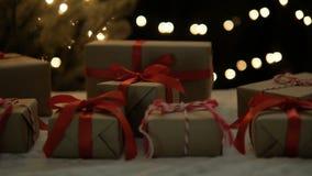 Τα χριστουγεννιάτικα δώρα στα φω'τα bokeh μετακινούνται τον πυροβολισμό απόθεμα βίντεο