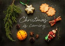 Τα Χριστούγεννα έρχονται - σχέδιο αφισών ή καρτών Στοκ Εικόνες