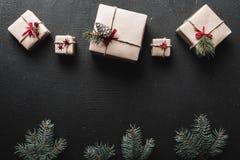 Τα Χριστούγεννα ή το νέο έτος παρουσιάζουν τυλιγμένος στο έγγραφο και διακοσμημένος με τους παραδοσιακούς κλαδίσκους σπάγγου και  Στοκ φωτογραφία με δικαίωμα ελεύθερης χρήσης