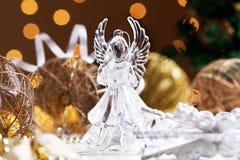 τα Χριστούγεννα αγγέλου απομόνωσαν το λευκό Ο άγγελος κρυστάλλου στο υπόβαθρο των Χριστουγέννων πηγαίνει Στοκ Εικόνες
