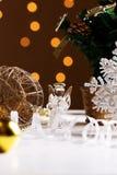 τα Χριστούγεννα αγγέλου απομόνωσαν το λευκό Ο άγγελος κρυστάλλου στο υπόβαθρο των Χριστουγέννων πηγαίνει Στοκ Φωτογραφία