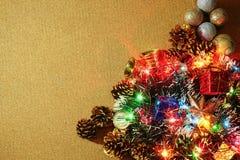 Τα Χριστούγεννα ανάβουν τα σύνορα με τη διακόσμηση Χριστουγέννων Στοκ εικόνα με δικαίωμα ελεύθερης χρήσης