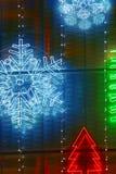 Τα Χριστούγεννα ανάβουν τη διακόσμηση σε μια πρόσοψη οικοδόμησης Στοκ Εικόνα