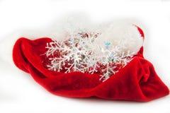τα Χριστούγεννα ανασκόπησης σχεδίασαν εύκολα το απομονωμένο κεφάλι τεθειμένο πρόσωπα santa καπέλων στο λευκό Στοκ Εικόνα