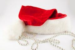 τα Χριστούγεννα ανασκόπησης σχεδίασαν εύκολα το απομονωμένο κεφάλι τεθειμένο πρόσωπα santa καπέλων στο λευκό Στοκ Εικόνες