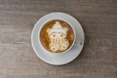 Τα Χριστούγεννα αντέχουν την τέχνη Latte καφέ Στοκ εικόνα με δικαίωμα ελεύθερης χρήσης