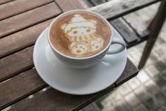 Τα Χριστούγεννα αντέχουν την τέχνη Latte καφέ Στοκ φωτογραφίες με δικαίωμα ελεύθερης χρήσης